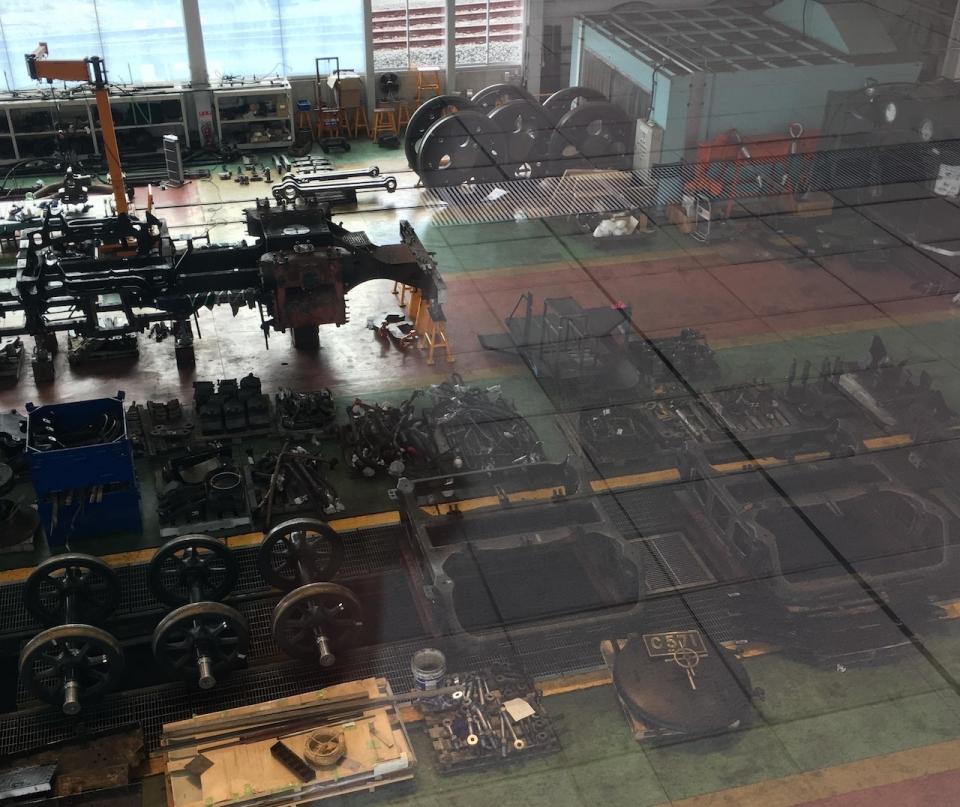 ニュース画像 5枚目:SL第2検修庫での作業の様子「C57 1」の顔が