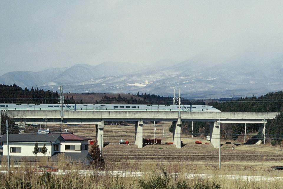 ニュース画像 1枚目:新幹線の防音壁を超えて存在感を放つ「E1系」(北東航1さん撮影)