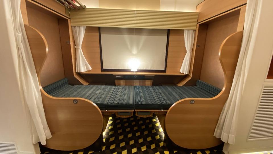ニュース画像 2枚目:1号車グリーン車指定席「ファーストシート」可動式の背もたれを倒すとベッド状に(ちっとろむさん撮影)