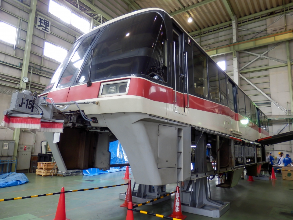 ニュース画像 2枚目:レールを抱え込んでるような「跨座式」東京モノレール1000形・1085F編成(さんたかさん撮影)